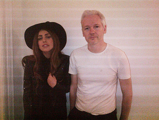 """Lady Gaga visita Assange: """"Ela está uma gatinha nessa foto"""""""
